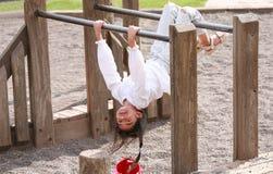 Niña upside-down en el patio foto de archivo libre de regalías