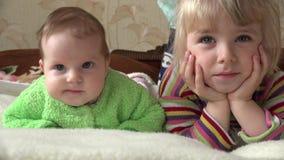 Niña y bebé recién nacido, dos hermanas, TV de observación 4K UltraHD, UHD almacen de video