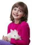 Niña y conejo blanco Foto de archivo
