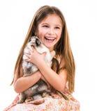 Niña y conejo felices Imagen de archivo libre de regalías