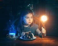 Niña y el universo imágenes de archivo libres de regalías