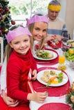 Niña y madre en sombrero del partido que sonríen en la cámara Imágenes de archivo libres de regalías