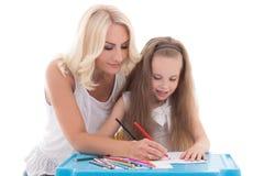 Niña y madre que unen usando el aislador de los lápices del color Fotos de archivo libres de regalías
