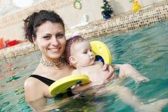 Niña y mothe en la natación Fotos de archivo libres de regalías