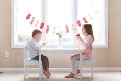 Niña y muchacho lindos del día de tarjeta del día de San Valentín foto de archivo libre de regalías