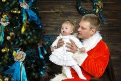 Niña y padre en el día de fiesta de la Navidad Fotos de archivo libres de regalías