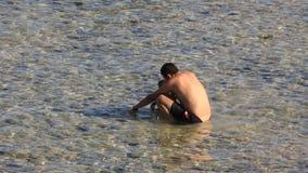 Niña y papá en el mar almacen de metraje de vídeo