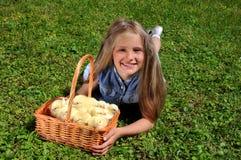 Niña y pequeños pollos Fotos de archivo libres de regalías