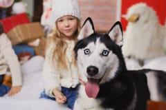 Niña y perro felices en la Navidad Fotografía de archivo libre de regalías