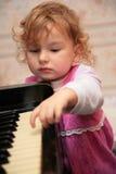 Niña y piano fotos de archivo libres de regalías
