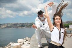 Niña y Pulcinella en Nápoles Fotografía de archivo