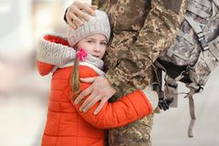 Niña y su padre en uniforme militar imagen de archivo