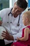 Niña y su pediatra Foto de archivo libre de regalías