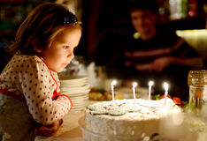 Niña y torta de cumpleaños Fotos de archivo libres de regalías