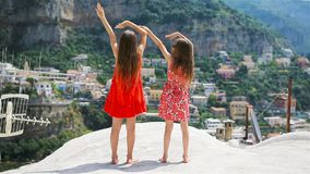 Niñas adorables en día de verano caliente y soleado en Italia almacen de video