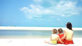 Niñas adorables y madre joven en la playa blanca almacen de metraje de vídeo