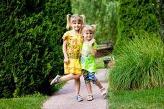 Niñas alegres en el parque Imagen de archivo libre de regalías