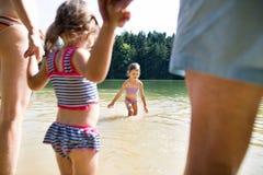 Niñas con el lago Verano asoleado Imagen de archivo libre de regalías