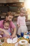 Niñas con su mamá Imágenes de archivo libres de regalías