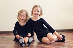 Niñas divertidas (hermanas) - bailarín Imágenes de archivo libres de regalías