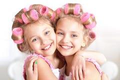 Niñas en bigudíes de pelo Foto de archivo libre de regalías