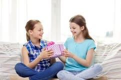 Niñas felices con el presente de cumpleaños en casa Imagen de archivo