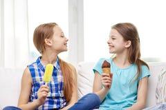 Niñas felices que comen el helado en casa Fotografía de archivo libre de regalías