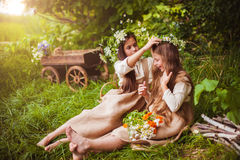 Niñas hermosas en un vestido blanco que presenta en la hierba Luz de la puesta del sol Imágenes de archivo libres de regalías