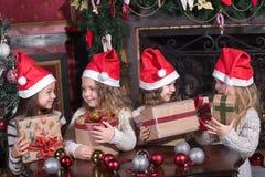 Niñas pequeñas divertidas que esperan sorpresa de la caja del presente del regalo Fotografía de archivo