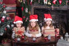 Niñas pequeñas divertidas que esperan sorpresa de la caja del presente del regalo Fotografía de archivo libre de regalías