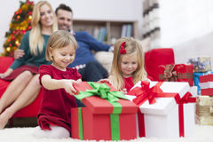 Niñas que abren presentes Fotos de archivo libres de regalías