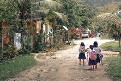 Niñas que caminan a la escuela primaria en Barton Palawan portuario las Filipinas imagen de archivo