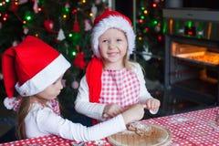 Niñas que cuecen las galletas del pan de jengibre para Fotografía de archivo