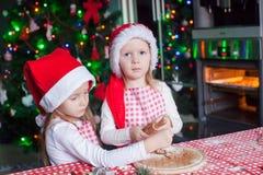Niñas que cuecen las galletas del pan de jengibre para Fotografía de archivo libre de regalías