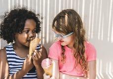 Niñas que gozan con helado foto de archivo libre de regalías