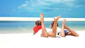 Niñas que se divierten en la playa tropical que miente junto en la costa Cámara lenta almacen de metraje de vídeo
