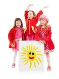 Niñas y cartelera blanca del dibujo de los niños del sol Imágenes de archivo libres de regalías