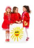 Niñas y cartelera blanca del dibujo de los niños del sunП Imagenes de archivo