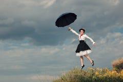 Niñera retra Flying con el paraguas en retrato de la fantasía de Cosplay Fotos de archivo