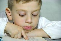 Niño 2 de lectura Foto de archivo libre de regalías