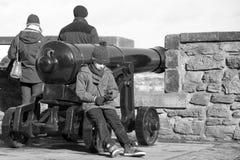 Niño aburrido por un canon Imágenes de archivo libres de regalías