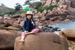 Niño aburrido que lleva a cabo la red para la actividad del aire libre el vacaciones Foto de archivo libre de regalías
