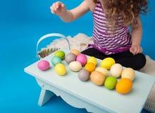 Niño, actividad de Pascua con el conejito y huevos Fotografía de archivo libre de regalías