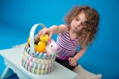Niño, actividad de Pascua con el conejito y huevos Imagen de archivo