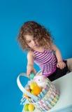 Niño, actividad de Pascua con el conejito y huevos Foto de archivo libre de regalías