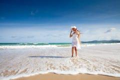 Niño adolescente feliz en la alineada blanca en la playa Imágenes de archivo libres de regalías
