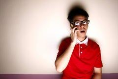 Niño adolescente que habla en un smartphone Fotografía de archivo libre de regalías