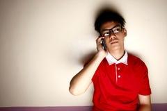 Niño adolescente que habla en un smartphone Imágenes de archivo libres de regalías