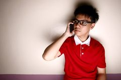 Niño adolescente que habla en un smartphone Imagen de archivo libre de regalías