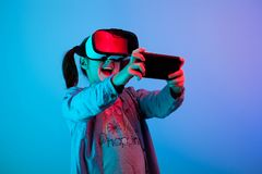 Niño adolescente que juega con realidad virtual de VR fotos de archivo libres de regalías
